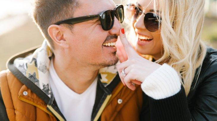 既婚者がボディタッチする心理はコレ!背中,手,二の腕の場所ごとの心理とは?