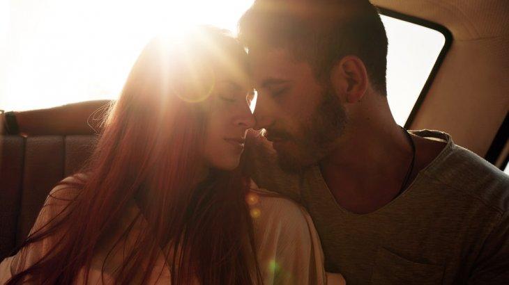 既婚者同士のキスやハグは許される?ダブル不倫のきっかけは軽いキスから