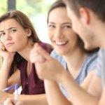好きな人がほかの女と話すのに嫉妬!楽しそうなのを見たくない場合の対処法!